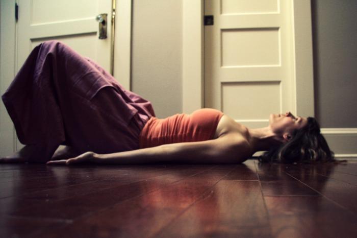 Kelly Connor Sunrose Yoga// Online Yoga Classes// Tailbone lengthening