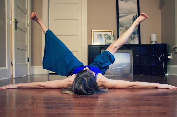 Kelly Sunrose Yoga// Online Yoga Classes// Fan kicks